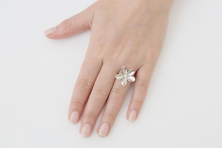 Large single frangipani diamond ring
